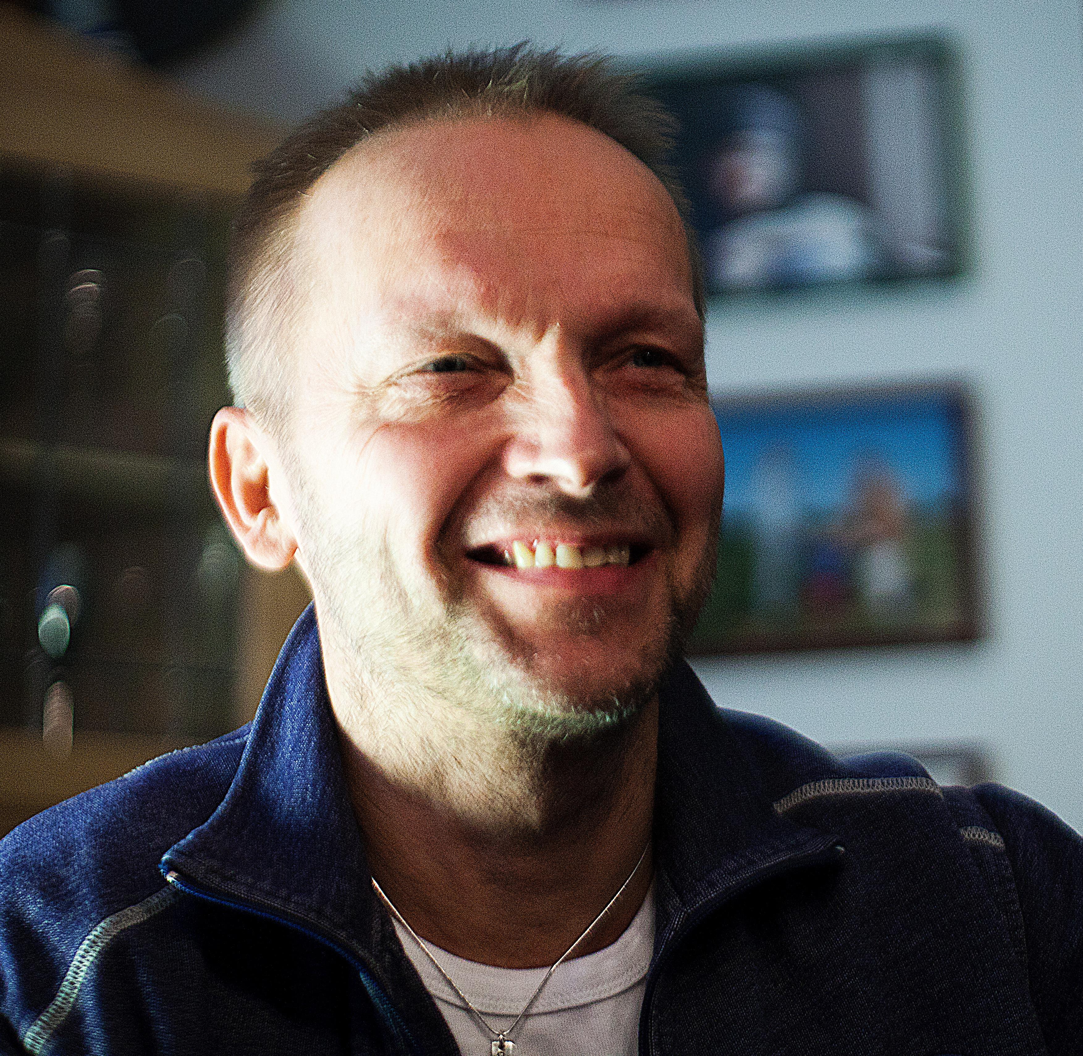 Niin hullu, että julkaisee kolme kirjaa vuodessa – Kainuun Sanomat 1.6.2013
