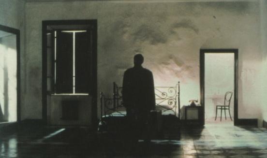 Huoneessa sataa, nainen lentää ilmassa ja muita tavallisia asioita Tarkovskin elokuvassa Peili